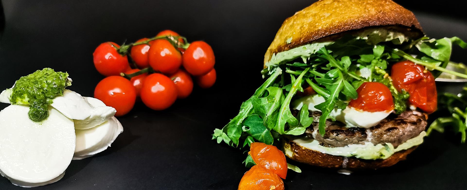 ITALO: un hamburger senza glutine con rucola, mozzarella e pomodori confit da ordinare a domicilio