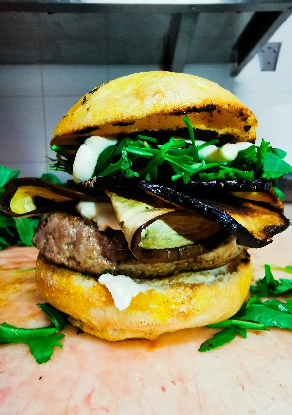 Rugantino è un hamburger senza glutine da ordinare in delivery con guanciale croccante, melanzane, rucola e maionese