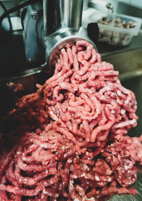 Erudito macina e seleziona solo polpa di carne di prima scelta