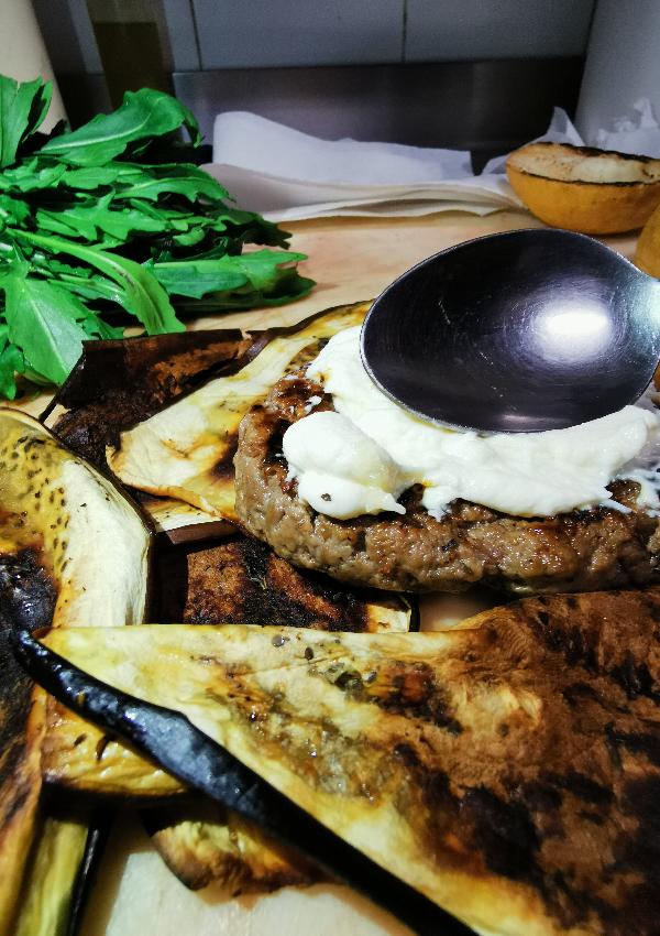 La salsa del Rugantino Burger di Erudito è la maionese una salsa naturalmente senza glutine