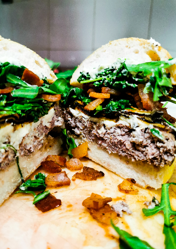 Il guanciale croccante è uno degli ingredienti del Rugantino: un hamburger senza glutine da ordinare in delivery