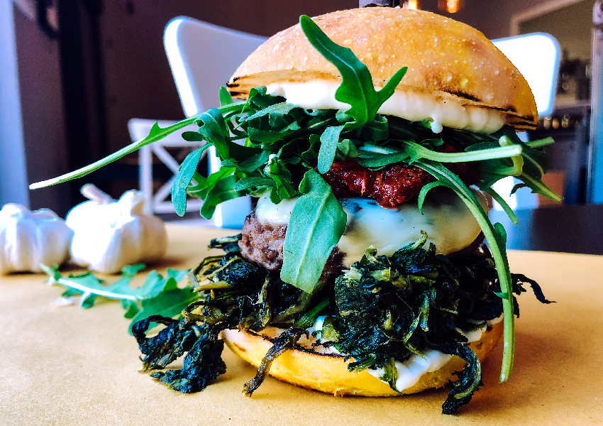Ecco YODA, uno degli hamburger senza glutine di Erudito con cicoria, rucola, provola e 'nduja