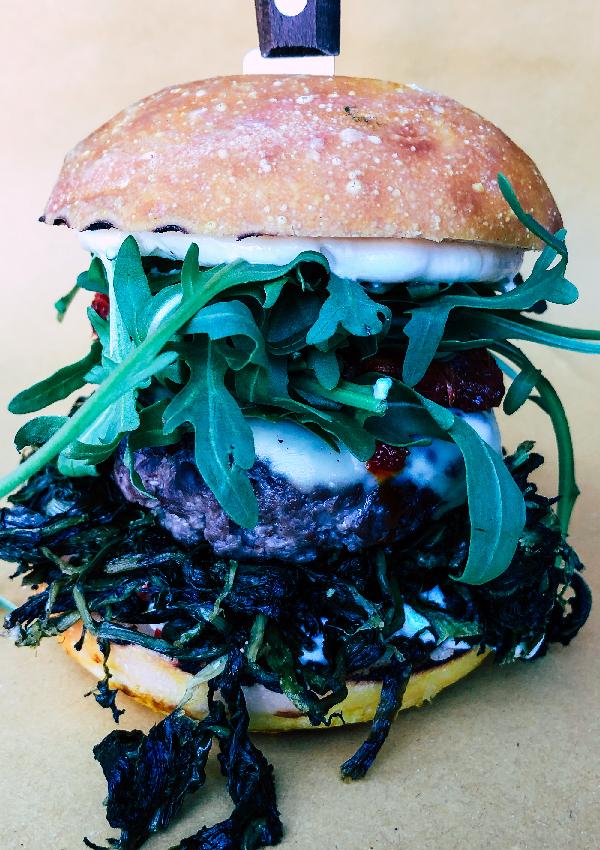 In primo piano YODA: un hamburger artigianale di Erudito da ordinare a domicilio